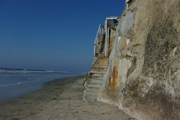 Every house along the bluffs has its own stairway down to the beach.